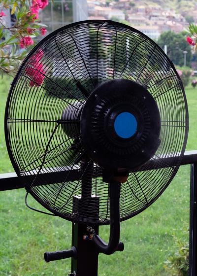 El ventilador nebulizador crea una suave brisa que ayuda a refrescar el ambiente interior o exterior
